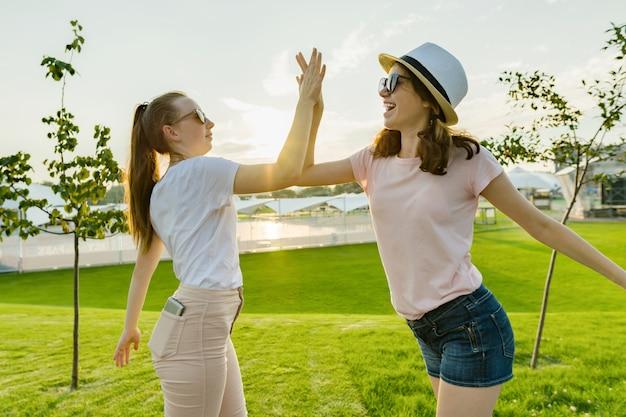 二人の十代の少女たちの友情 Premium写真