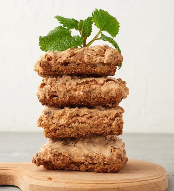 木の板に焼きたてのクラクフのメレンゲクッキーのスタック Premium写真