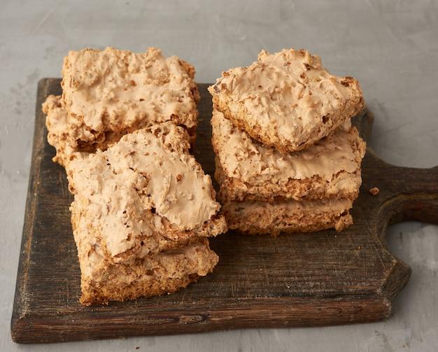 木の板に焼きクラクフメレンゲクッキー、ホイップ卵白のおいしいデザート Premium写真