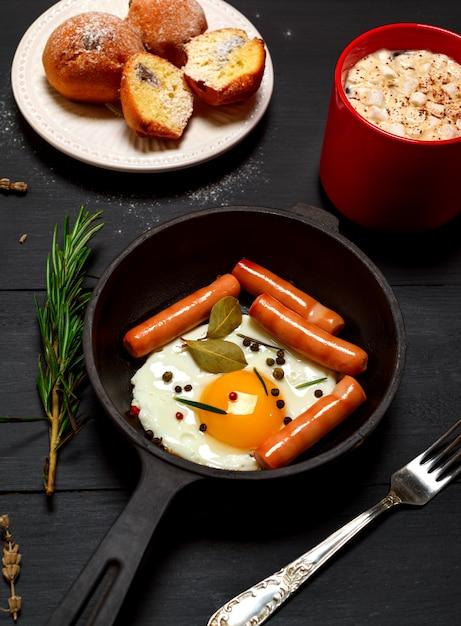 丸フライパンでソーセージと目玉焼き Premium写真