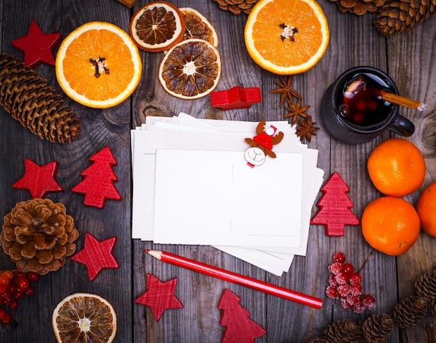 空の紙はがきと赤鉛筆 Premium写真
