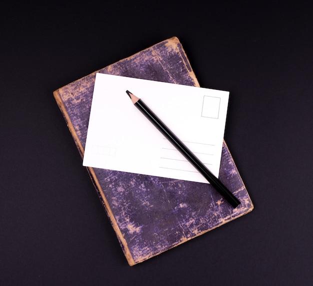 空白のホワイトペーパーカードと黒の木製の鉛筆 Premium写真