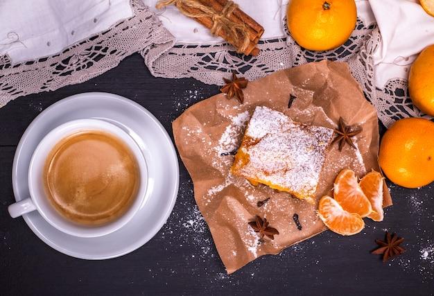 白い丸いカップとみかんのパイのコーヒー Premium写真