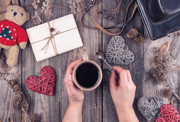 ブラックコーヒーの背景を持つセラミックブラウンカップ Premium写真