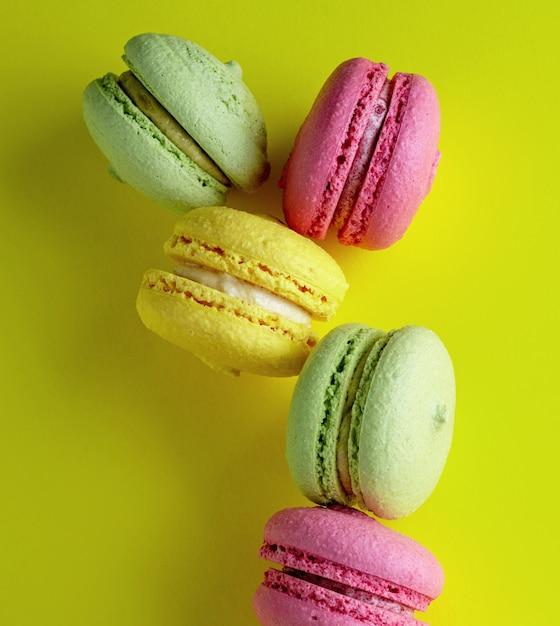 色とりどりの丸いアーモンドミールメレンゲのペストリー Premium写真
