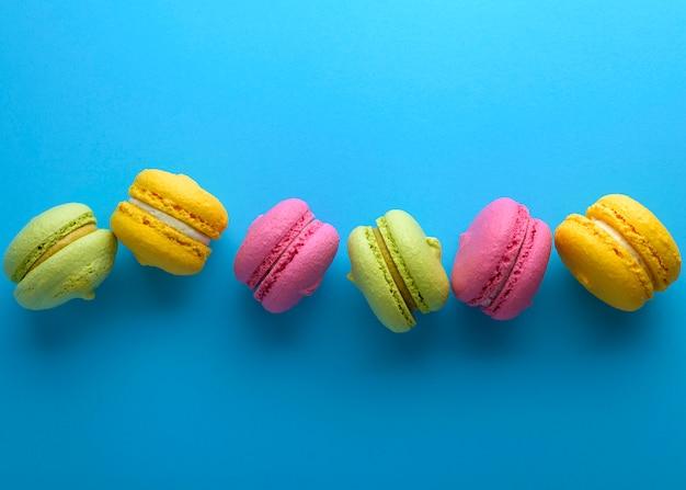 クリーム色のアーモンドの粉の色とりどりのケーキ Premium写真