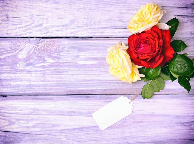 バラの花と紙の空白タグ Premium写真