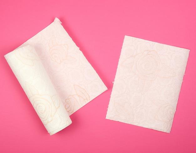 顔と手のための白い柔らかい紙ナプキンのツイストロール Premium写真