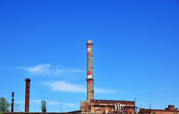 澄んだ空に対してレンガパイプ工場 Premium写真