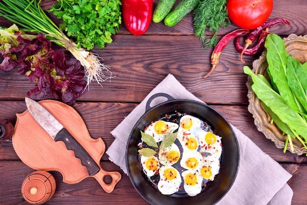 目玉焼きと新鮮な野菜やハーブ Premium写真