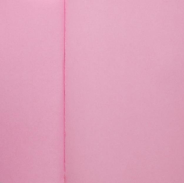 ピンクのページでメモ帳の質感を開く Premium写真