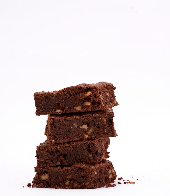 クルミと焼き正方形ブラウニーチョコレートチップパイのスタック Premium写真