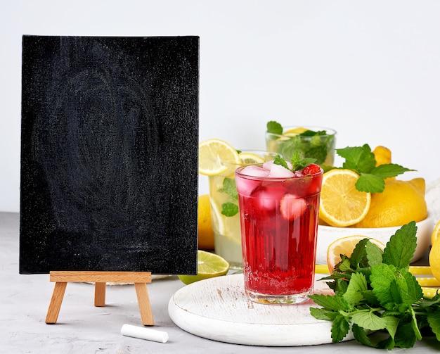 夏の飲み物のレシピとベリーレモネードのガラスを書くための空の黒いチョークボード Premium写真