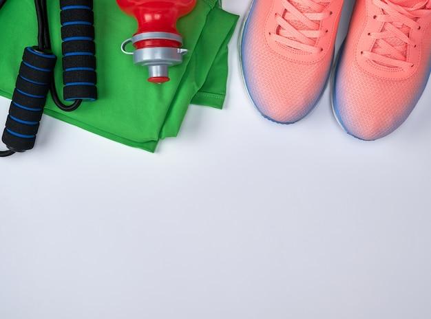Спортивная текстильная обувь и другие товары для фитнеса Premium Фотографии