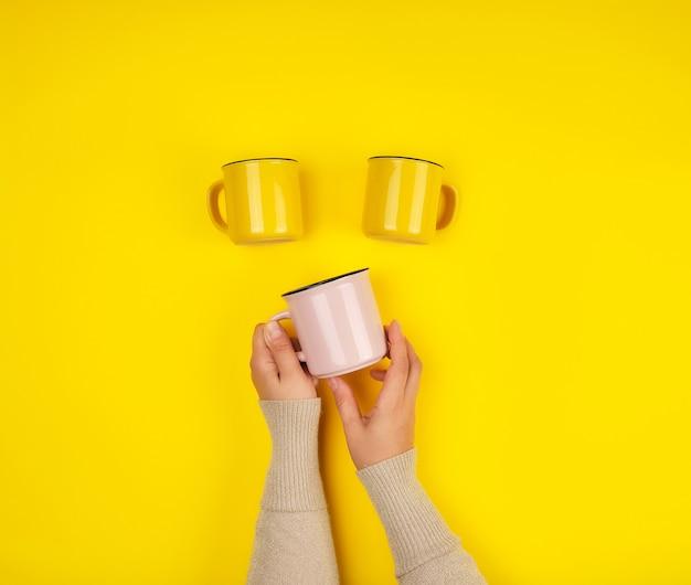 セラミックカップと女性の手 Premium写真