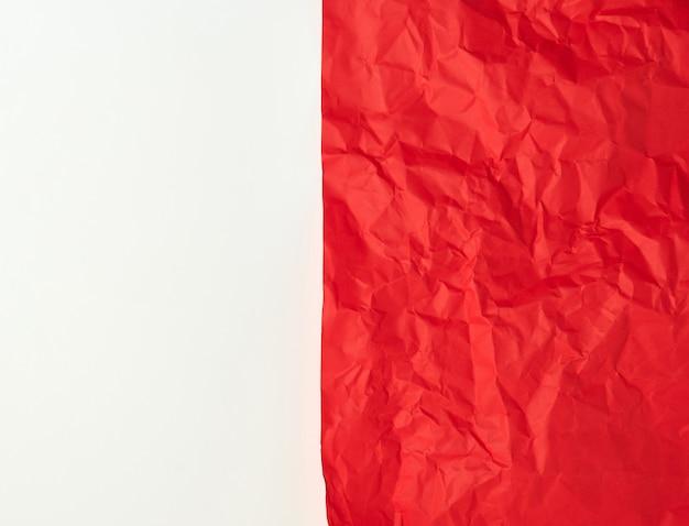 白地に赤い紙を丸めて Premium写真