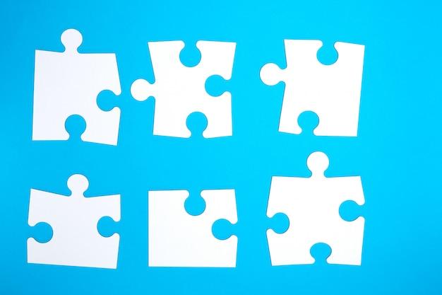 青に空の白い大きなパズル Premium写真