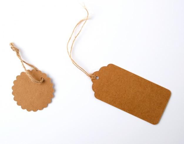 ロープでさまざまな茶色の紙タグ Premium写真