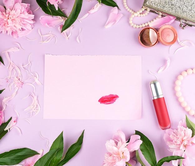 空のピンクの紙に赤い口紅の跡 Premium写真