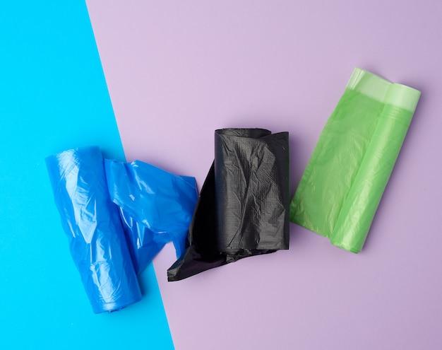 Свернутые рулоны с пластиковыми мешками для мусора Premium Фотографии
