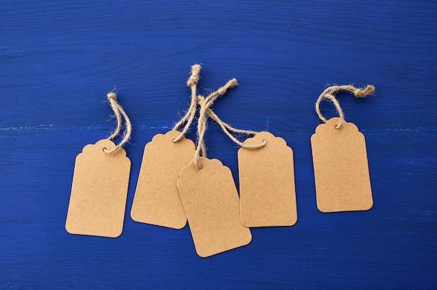 服やその他の目的のための空の茶色の空タグのセット Premium写真