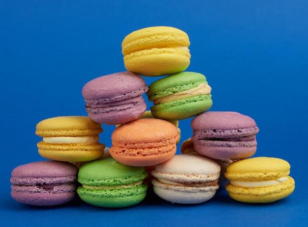 Стопка разноцветных круглых печеных пирожных с макаронами Premium Фотографии