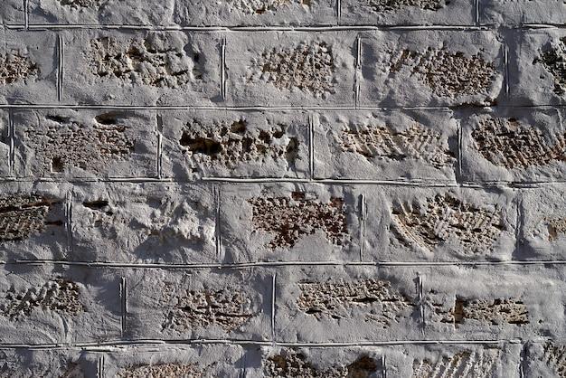 灰色のセメントで固定された黄色の長方形の石の壁 Premium写真