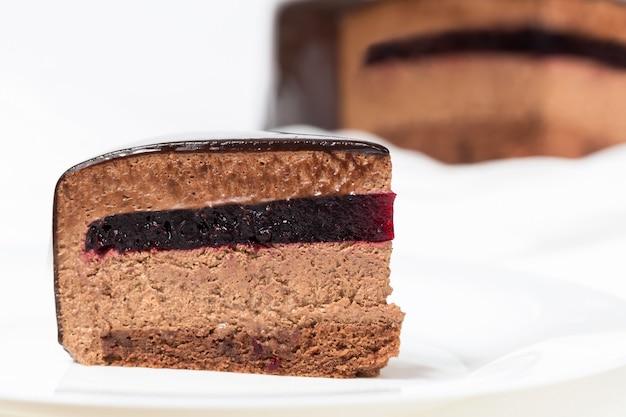 Кусочек шоколадного муссового торта с смородиновым желе и зеркальной глазурью Premium Фотографии