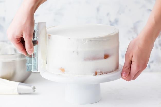 白いクリームでケーキを作る菓子 Premium写真