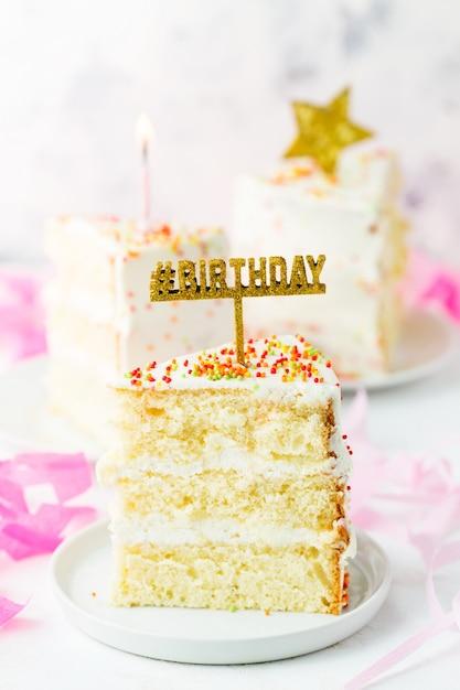 Кусочек торта ко дню рождения Premium Фотографии