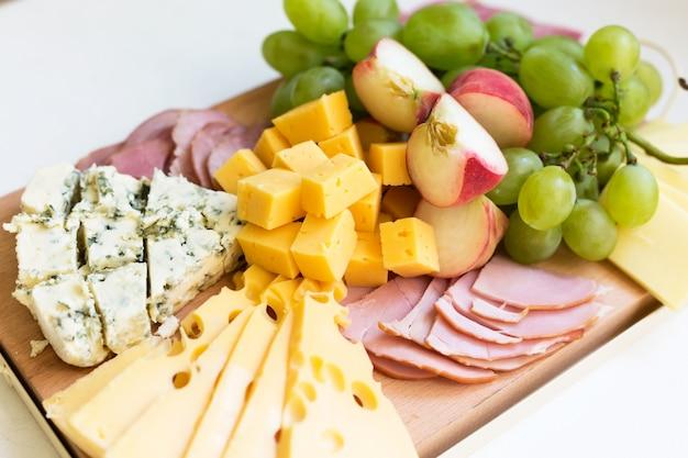 フルーツと肉のチーズボード Premium写真