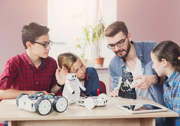 先生とロボットを作る子供たち Premium写真