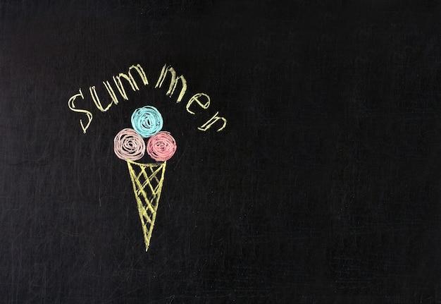 夏の碑文と黒板に色とりどりのチョークで描かれたアイスクリーム Premium写真