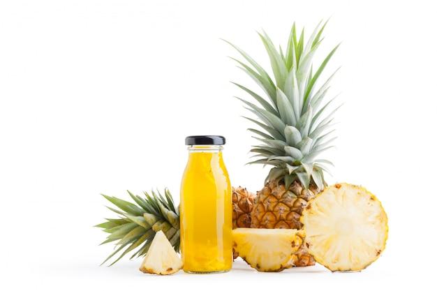 白い背景で隔離のガラス瓶の中のパイナップルスライスとパイナップルジュース。クリッピングパス Premium写真