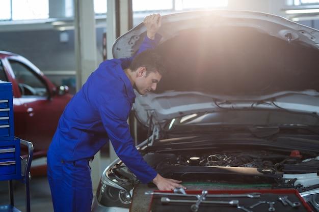 車のエンジンを保守整備士 無料写真