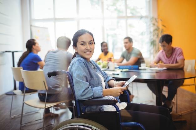 デジタルタブレットを使用して、障害者のビジネスエグゼクティブ 無料写真