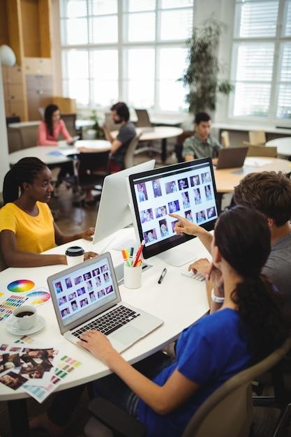 Графические дизайнеры, работающие на своем столе Бесплатные Фотографии