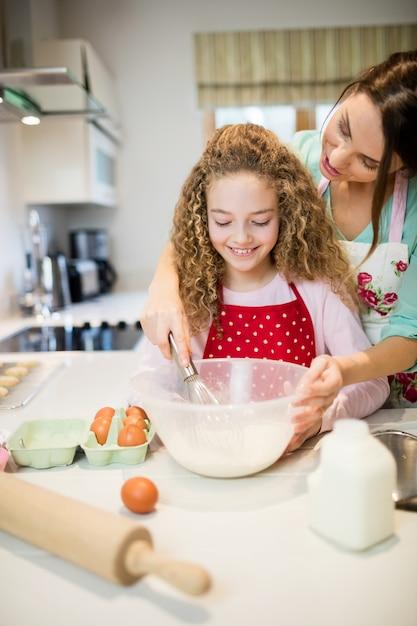 Картинка мама с дочкой готовят