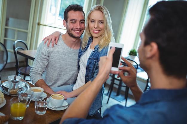 携帯電話からのカップルの写真をクリックすると友達 無料写真