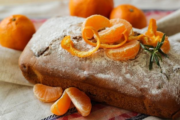 Традиционный неразрезанный рождественский пирог с мандаринами Premium Фотографии