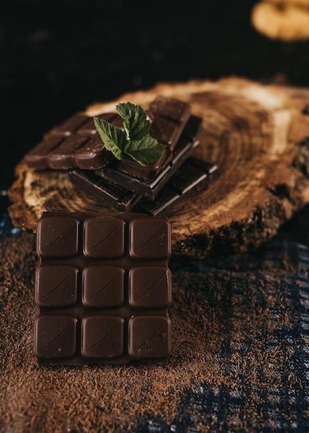 素朴なテーブルの上のダークチョコレートとクルミカーネル Premium写真