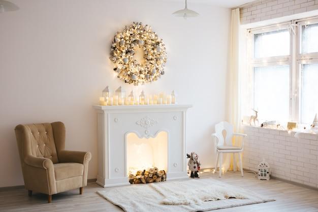 モミの木、ベッド、多くのおもちゃの贈り物と黄金の白いスタイルで照らされた部屋のクリスマスの装飾 Premium写真