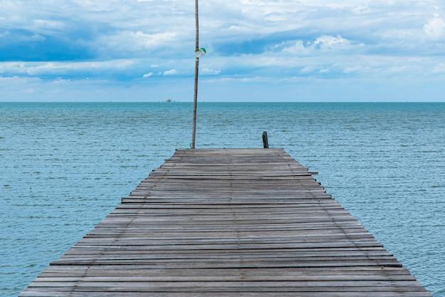 海と青い空の木製経路端 Premium写真