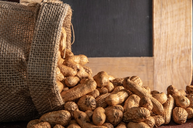 茶色のピーナッツとサックバッグ Premium写真