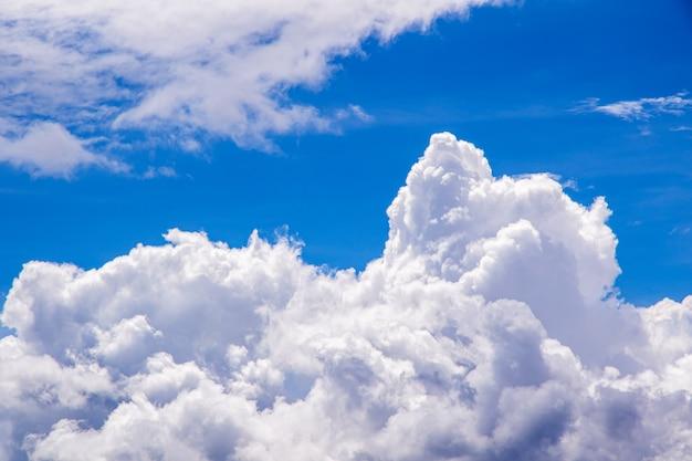 美しい青い空と白い雲の背景。 Premium写真