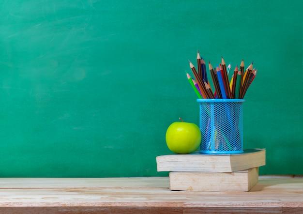 Обратно в школу концепции. цветной карандаш и принадлежности на деревянный стол Premium Фотографии