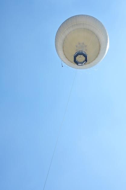 地上から青い空に浮かぶ気球、アヤルコンまでの眺め Premium写真