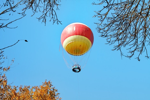 ヤルコン公園、テルアビブの上の雲の気球 Premium写真