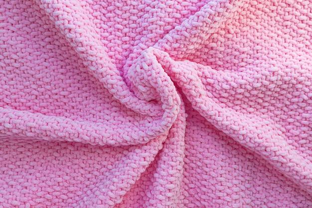 柔らかい柔らかい糸で作られた明るいピンクのニット格子縞 Premium写真