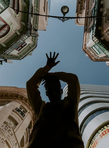 街で踊る少年 無料写真